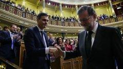 Санчез стиска ръката на бившия министър-председател Мариано Рахой след вота на недоверие в петък.