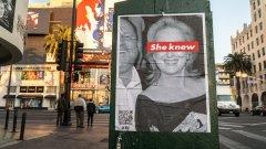 """Преди дни из Лос Анджелис се появиха плакати, на които виждаме архивна снимка на Мерил Стрийп и Харви Уайнстийн - двамата са щастливи и се смеят заедно. Червена лента с надписа - """"Тя е знаела"""" (She Knew) минава през очите на актрисата."""