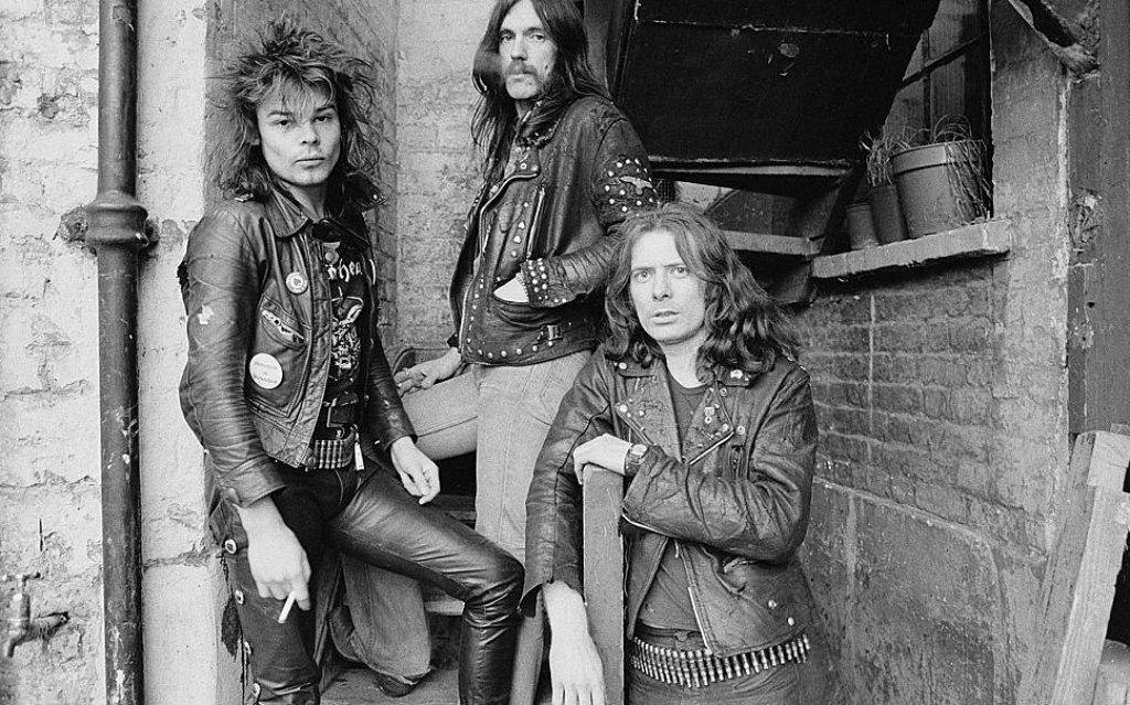 """Motorhead (1975)  """"Исках да свиря бърз и шумен рокендрол. Никога не сме били метъл банда"""", беше разяснил фронтменът Леми Килмистър. Но независимо дали го осъзнаваше или не, малко музиканти са оказали повече влияние върху метъла от него. Motorhead се отличаваха с непогрешимата комбинация от бясно, агресивно, шумно звучене и пънк елементи, които бяха комбинирани, за да се заформи траш метълът години по-късно. Песента от 1979 г. Overkill, и по-точно барабаните на Фил Тейлър, са основна отправна точка за мнозина траш барабанисти, включително Ларс Улрих от Metallica."""
