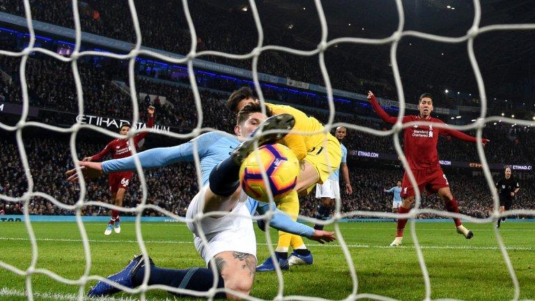"""Технологията на голлинията си заслужи медала  Първо не беше гол, а после беше. В два случая през сезона технологията на голлинията доказа огромната си стойност и всъщност определи шампиона на Висшата лига. В първия случай Манчестър Сити и Ливърпул играеха при резултат 0:0, когато при един карамбол Джон Стоунс трябваше да изчиства от самата голлиния. На пръв поглед това изглеждаше като гол, но технологията не сигнализира, че топката е преминала с целия си обем и после показа, че само 11 мм са я задържали върху чертата. Сити успя да победи с 2:1 и да съкрати изоставането си от Ливърпул на 4 т. А можеха да станат дори 10...   Към края на сезона миналия месец технологията отново се прояви в полза на Сити и присъди единствения гол за победата с 1:0 над Бърнли. Серхио Агуеро отправи изстрела, при който топката премина голлинията с едва 2.9 см. Футболното """"ястребово око"""" заслужава да получи златен медал от """"гражданите""""."""