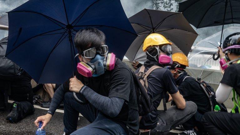 Хонконг Кой протестира там и защо? Протестите в специалната територия първоначално бяха съставени предимно от студенти и ученици. Впоследствие към тях се присъединиха хора от различни професионални сектори и възрастови групи.