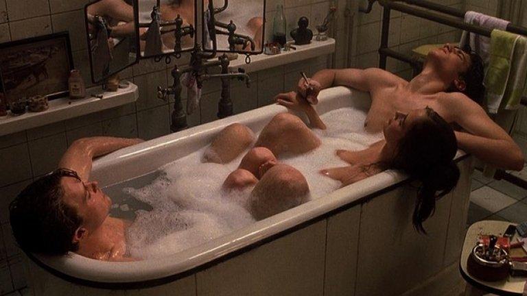 """""""Мечтатели"""" (Тhe Dreamers, 2003)  Филмът не обещава нищо повече от шедьовър. Млад студент от Америка идва в Париж, за да учи. Запознава се с брат и сестра и тримата стават неразделни. Действието се развива в Париж през 1968-а. Еротичен от психологическа и физическа гледна точка, сюжетът разказва за младеж, въвлечен в странните сексуални игри на двама души, които му донасят безценен опит, но от които в последствие е жизнено важно да избяга."""