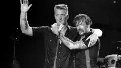 Джош Хом (вляво) и Джеси Хюз са двамата постоянни членове на Eagles of Death Metal. Във фаталната концертна нощ от бандата са били на около шестата песен, когато чули изстрели и веднага избягали през врата в бекстейджа, която водела към улицата. По последни данни загиналите в концертната зала са 89
