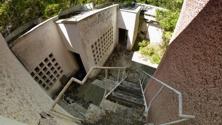 Металната стълба още се държи, но дъските от стъпалата й една по една са се предават и падат на земята