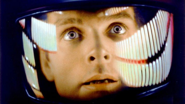 """1.""""2001: Космическа одисея"""" (1968)  Ненадминатият шедьовър на Стенли Кубрик, изстрелял кино фантастиката в съвсем друга орбита. Големият режисьор използва сложни визуални внушения и метафори, за да сглоби разказ с елементи от наука, философия, история, религия и митология, а всяко парче от пъзела представлява нещо много повече, отколкото изглежда на пръв поглед.   В центъра е мистериозен монолит, неразривно свързан с човешката еволюция. """"2001"""" е плашещо реалистичен и стига възможно най-далеч в изобразяването на достоверна лунна колония и на космическа експедиция към Юпитер"""", казва Андерс Сандбърг, изследовател в инситута """"Бъдеще на човечеството"""" в Оксфорд. """"Когато го гледах за пръв път като тийнейджър, вече знаех основната му история, но бях все по-запленен колкото повече гледах"""". Впечатленията му си остават и до днес и в своята работа той винаги опитва да гледа от космическа перспектива и да мисли: """"Какво би направил монолитът?"""""""