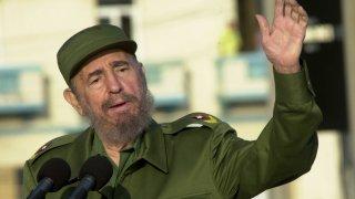 """1. Фидел Кастро (председател на Държавния съвет на Куба в периода 1976-2008 г.)  Централното разузнавателно управление (ЦРУ) на САЩ прави множество опити да убие Кастро докато той властва в Куба, но всеки един от тях е неуспешен. Според бившия директор на ЦРУ Ричърд Хелмс, натискът е започнат от хора от администрацията на американския президент Кенеди, които искат от агенцията """"да разкара Кастро"""". Опитите обаче продължават и при следващите американски президенти.  Стига се дори дотам да се използват услугите на американската мафия. За целта човек на ЦРУ, представящ се за служител на компании в Куба, предлага 150 000 долара на мафиотски босове за убийството на Кастро. Те от своя страна предлагат използването на хапчета с отрова в храната или напитките на кубинския лидер. Такива хапчета са предоставени на човек от кубинските власти - Хуан Орта, но след като неколкократно не успява да заложи отровата, Орта иска да се откаже.  Опитите да бъде убит Кастро обаче не спират. Според бивш служител на контраразузнаването на Куба американците са направили над 600 неуспешни опита за премахването на Фидел през мандатите на 8 американски президенти. Методите са различни - от отровни пури, отровен сладолед, през заразен с туберкулоза костюм за гмуркане, взривяваща се пура, химикалка със спринцовка, до най-традиционни бомби. Всеки от тях обаче се оказва недостатъчно ефективен, а Кастро умря от естествена смърт години по-късно.  Както самият той веднъж отбелязва, ако оцеляването при опити за покушение беше олимпийска дисциплина, е щял да спечели златния медал."""
