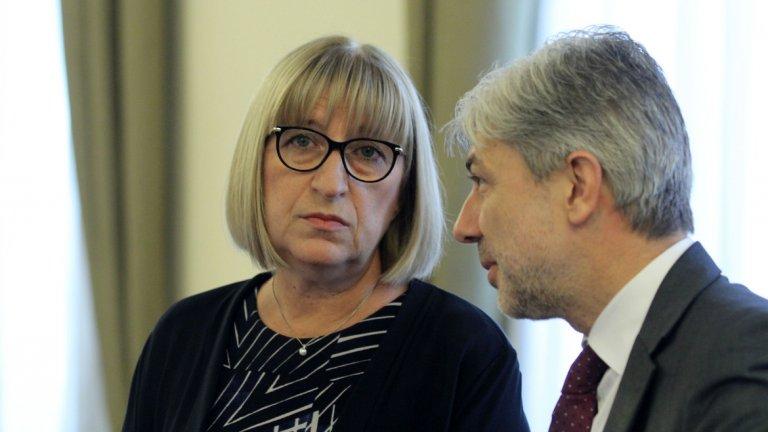 """Само до преди година Борисов заплашваше с уволнение всеки министър, който """"не прегърне идеята за намаляване на опашките за гишетата"""".  Ако на това му се казва административна реформа и професионално електронно управление, мерси..."""