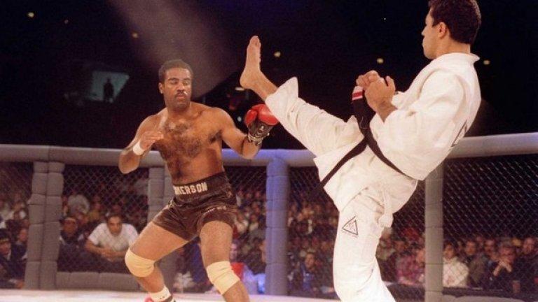 Американският боксьор Арт Джимерсън получава разрешение да се бие с...една ръкавица.