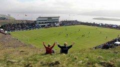 """""""Свангаскард"""" - стадионът в селцето Тьофтир във Фарьорските острови, което има население от 880 жители. Човек с рибарска лодка се наема всеки мач да вади топката от водата. А тя не пада рядко там."""