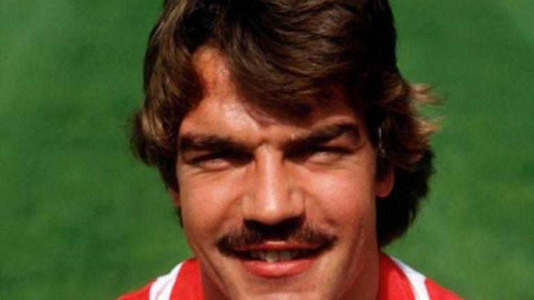 Прекара един сезон в Съндърланд (1980-81).