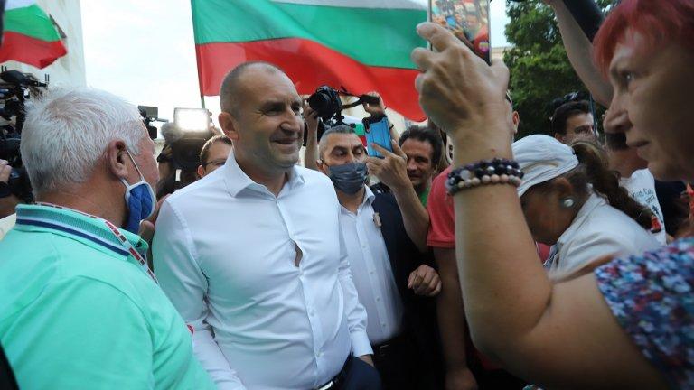 """Не за първи път държавният глава излиза да говори пред събралите да искат оставката на кабинета """"Борисов 3"""""""