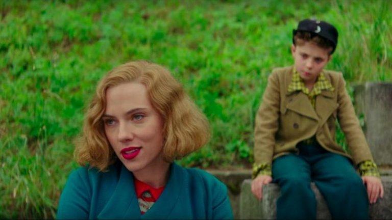 Скарлет Йохансон е прекрасна като Роза - майката на Джоджо. Тя е смела жена, която в условията на дива пропаганда и на война все пак се опитва да научи своя син на това, че любовта е най-силното нещо на света.