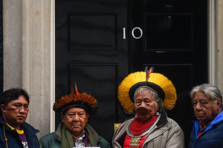 """Лобито на коренните бразилски племена се е събрало пред дома на британския премиер Борис Джонсън с искане да осъди действията на Болсонаро, които """"унищожават родния ни дом""""."""