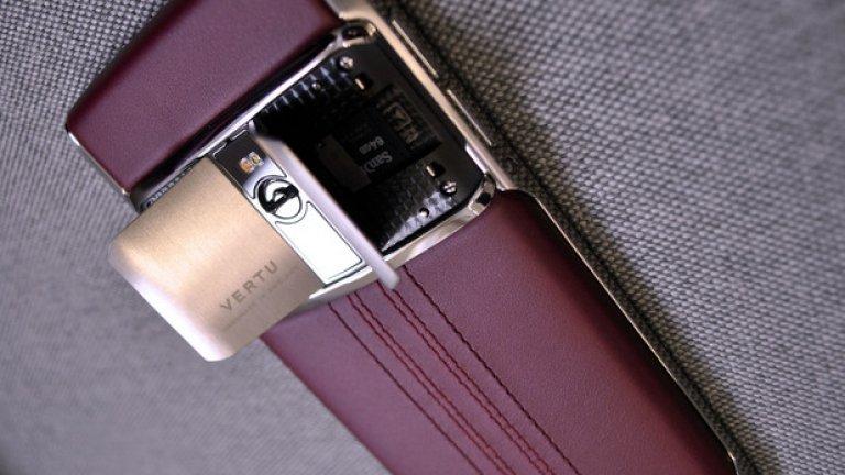 Всеки отделен телефон се изработва изцяло на ръка от един човек, който се подписва на отварящите се като врати на Lamborghini капачета на задния панел за SIM картата и за допълнителната памет.