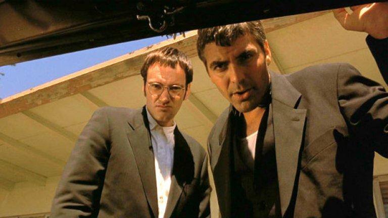 """3. Джордж Клуни  """"Д-р Рос да се яви на снимачна площадка 5 и да си носи пистолетите"""". Ех, много трудно беше за любимия телевизионен доктор на милиони жени по света да се отърси от този образ. От хладнокръвен обирджия в """"От здрач до зори"""", през най-нелепия филмов Батман за последния половин век, търсенето на руски ядрени оръжия в """"Миротворецът"""" и т.н.  Това лице обаче не е създадено за екшъни, а за реклами на парфюми и кориците на списания за жени. В крайна сметка решението за Клуни се оказаха не екшъните, а екшън-комедиите като """"Бандата на Оушън"""" и по-сериозни роли като в """"Майкъл Клейтън"""" и """"Сириана""""."""