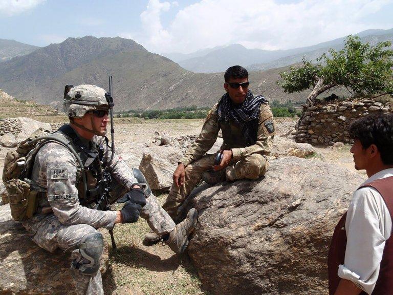 На този кадър от 2011 г. е уловен Аязудин Хилал (по средата) - един от афганистанците, които работят като преводачи за американските войски. Хора като него днес се страхуват за живота си.