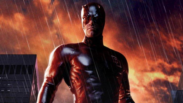 """""""Дявол на доброто""""  Без съмнение това е един от най-глупавите филми по комикси, създавани някога и един от знаменитите провали от началото на ХХI век. Всички, които с нетърпение очакват да гледат предстоящия """"Батман срещу Супермен"""" с Бен Афлек в ролята на човека-прилеп, е по-добре да си припомнят епичната му излагация в недоразумението """"Дявол на доброто"""". Крахът на този супергеройски анти-филм бе една от многото причини Афлек да се превърне в глобална шега преди около десетилетие.  """"Дявол на доброто"""" е нелепо замислен, некадърно заснет, нещастно изигран и неадекватно монтиран разказ за сляп """"марвелски"""" отмъстител с червено кожено трико, който сервира справедливост на лошите благодарение на другите си свръх изострени сетива. Филмът е мъчение."""