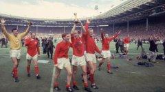Сър Боби Чарлтън с купата от Световното първенство през 1966 г.