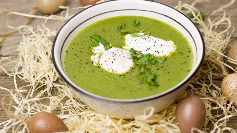 Витаминозна зелена супа  Наричаме я така условно, просто защото е зелена и защото е наистина полезна. Тя е вариант за късна пролет или началото на лятото, но вероятно и сега бихте открили зелените ѝ съставки на пазара. За нея са ви нужни пакет коприва, 3-4 стръка пресен лук, морков, добре узряло авокадо и стрък целина.   Подходящи подправки са магданоз, босилек и листата от целина, парче пащърнак. Вкусът на тази витаминозна бомба се подсилва от екстра върджин зехтин - две супени лъжици, около 300 мл топла вода, морска сол и пресен лимонов сок. Пасирате зеленчуците, а подправките може да добавите нарязани на ситно. По желание, гарнирайте със супена лъжица крема сирене, извара или нискомаслена сметана.