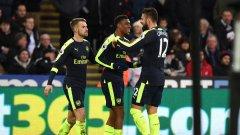 Жиру, Иуоби и Рамзи празнуват втория гол във вратата на Суонзи, който беше нещастен автогол от страна на Джак Корк