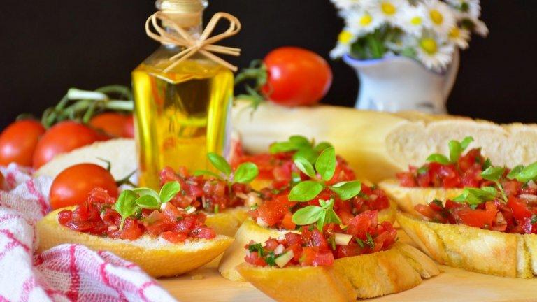 Брускети  И докато сме на вълна сандвичи, няма как да не се сетим за тези бързи и ужасно вкусни италиански брускети, на които те казват антипасти, а ние можем да наречем и канапета. Идеални са за оползотворяването на поизсъхнал хляб, който се напоява приятно от соковете и добавките отгоре.   Ако разполагате с пресен хляб - добре е леко да го запечете или минете през тостера. След това натривате филийките с разрязана скилидка чесън и гарнирате. Класически варианти са накълцани домати с босилек, песто с прошуто или песто със сирена. Изстуденото бяло вино е по подразбиране.