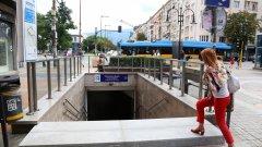 """Достъпът до подземния транспорт е гарантиран само за онези, които имат щастието да са """"здрави и прави"""". А другите? Е, за тях засега решението се бави"""