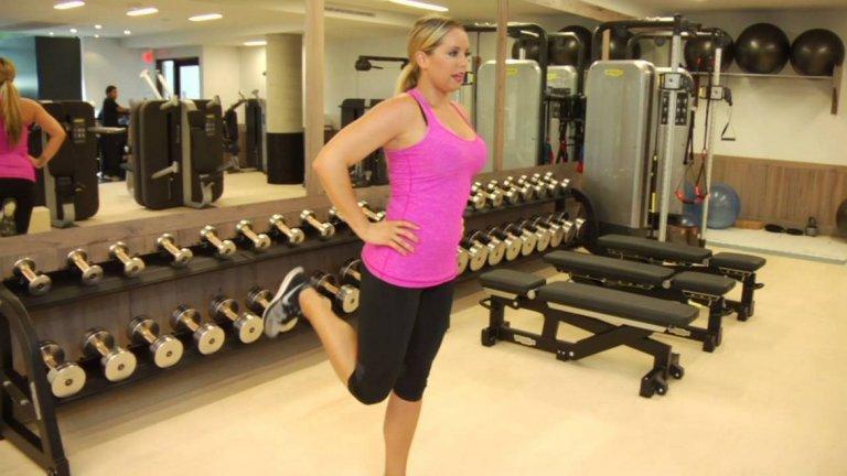10. Бедрено сгъване Изключително подходящо за начинаещи или ако желаете да акцентирате повече върху задната част на бедрата.  Начин на изпълнение: От право или леко преведено напред положение опрете длани/ръце върху удобна опора или ги поставете на кръста си. Със средно темпо и под контрол вдигнетелевия си крак до достигане на максимално висока точка. Отпуснете надолу, отново бавно и контролирано като се стараете да запазите натоварването в задното бедро през цялото време. Повторете предпочитан брой пъти и сменете с другия крак.
