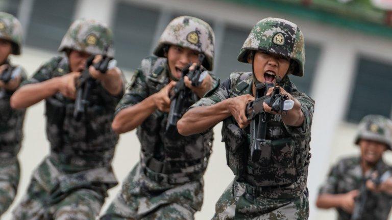 3. Китай На служба в китайската армия са зачислени 2 693 500 души, от които 2 183 000 са на активна служба, а 510 000 души са резерв. Тя разполага с общо 3035 самолета и вертолета като 1125 са изтребители, 1527 щурмоваци, 722 транспортни самолета, 353 тренировъчни самолета, 985 хеликоптера, от които 281 са бойни. Сухопътните сили на Китай включват 7716 танка, 9000 бронирани бойни машини, 2000 самоходни артилерийски установки, 6246 полеви оръдия и 2050 ракетни установки. Военноморските сили на Китай включват общо 714 кораба, като в тях се включват 1 самолетоносач, 50 фрегати, 29 разрушители, 39 корвети, 73 подводници, 220 патрулни кораба и 29 миночистачи. Бюджетът за отбрана на Китай възлиза на 151 700 000 000 долара.
