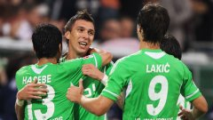 Манджукич (в средата) приема поздравления, след като разплака тима от Гелзенкирхен