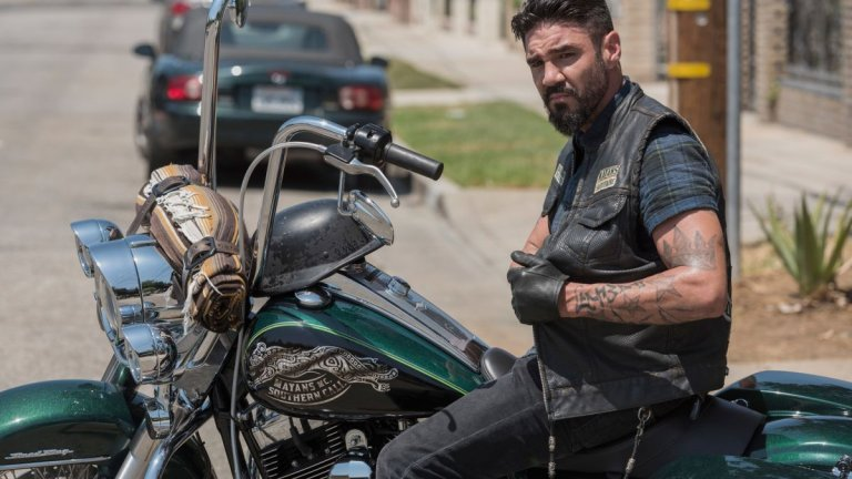 """""""Маите, Южна Калифорния"""" (Mayans MC)  Този сериал е разклонение (спиноф, ако предпочитате) на Sons of Anarchy. Действието се развива 4 години по-късно в измислен град на границата на Калифорния с Мексико. Нов главен герой, нов мотоклуб и по-сериозна доза насилие, провокирано от мексиканските картели. Макар да отстъпва на Sons of Anarchy, става за утоляване на жаждата за """"още от същото""""."""