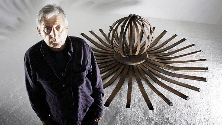 Дизайнерът Сторм Торгерсон пред една от творбите си