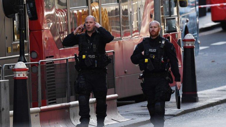 Мъж нападна с нож хора в Южен Лондон