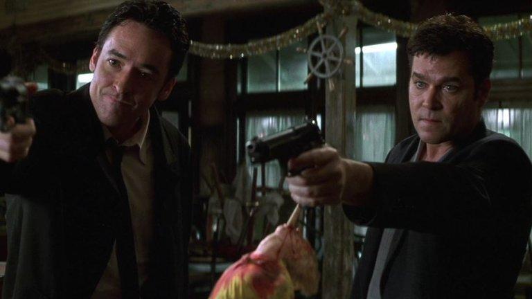 """""""Самоличност"""" (Identity) Жанр: трилър Година: 2003  Филмът на режисьора Джеймс Манголд (Ford vs. Ferrari) е някак тематичен за сегашната ситуация. Пътищата на няколко непознати души се преплитат, когато страховита буря ги принуждава да потърсят укритие в мотел насред нищото. Полицай, бивш ченге, актриса с позавехнала слава, осъден убиец и проститутка са само част от шарените образи, които трябва да прекарат нощта заедно. Кошмарът започва, когато някой започва да ги избива един по един...  Макар и вдъхновен от творчеството на Агата Кристи, """"Самоличност"""" постепенно бяга от тези прилики, за да представи на зрителите някои обрати, които може и да не са за всеки вкус. Но със сигурност е чудесен трилър, на който да обърнете внимание, ако имате нужда от малко среднощна филмова тръпка."""