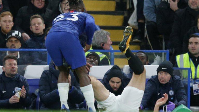 Хари Магуайър можеше да бъде изгонен още в 20-ата минута за това нарушение срещу Мичи Батшуай. Капитанът на Манчестър Юнайтед обаче остана на терена и вкара втория гол за победата с 2:0 срещу Челси.