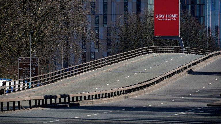 По иначе натоварената магистрала А57 на Острова сега няма никакъв трафик. Снимка от 26 март.
