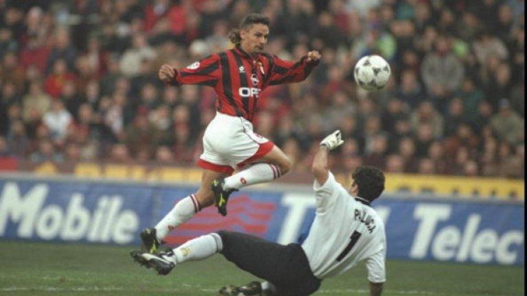 """Роберто Баджо от Ювентус в Милан (1995)  Спечелването на Скудетото през 1995 г. беше върхът на Баджо в Торино, но той не празнува дълго, а премина в Милан за 6.8 млн. паунда. Феновете на Юве протестираха срещу решението да бъде продаден и имаше защо - в крайна сметка той помогна със 7 гола и 10 асистенции на """"росонерите"""" да спечелят Серия """"А"""" през следващия сезон.   Нападателят може и вече да не блестеше както в най-силните години от кариерата си, но вкара ключови попадения. Ювентус обаче не тъгува дълго за Баджо, защото скоро новата звезда Алесандро Дел Пиеро разгърна потенциала си и изведе клуба до трофеи и в Серия """"А"""", и в Шампионската лига."""