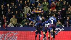 Футболистите на Леванте се радват след гола.