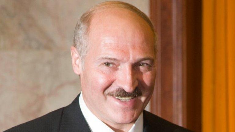 Лукашенко предизвика реакцията на Запада заради ожесточеното потушаване на протестите срещу опонентите му след преизбирането му в оспорваните президентски избори през декември 2010 г.