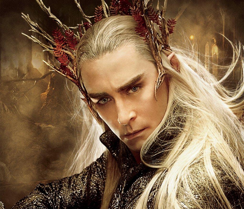 """Крал Трандуил (""""Хобит: Пущинакът на Смог"""" и """"Хобит: Битката на петте армии"""") Изигран от: Лий ПейсТрандуил е владетел на елфическото кралство в гората Мраколес. В себе събира най-лошите черти на елфите, засилени неколкократно - той е арогантен и студен, държи се надменно дори с други елфи, а с представители на други раси може да е още по-груб. Стига, разбира се, те да не са фактор за постигане на целите му - тогава може да е ласкав и убедителен, но всичко това е една временна маска, изтъкана от лицемерие. Когато има опасност, предпочита да затвори границите на кралството си и да остави всички други да се оправят сами. На всичкото отгоре е и алчен, а ако съдим и по филмовата му версия - не особено разбиращ сина си баща."""