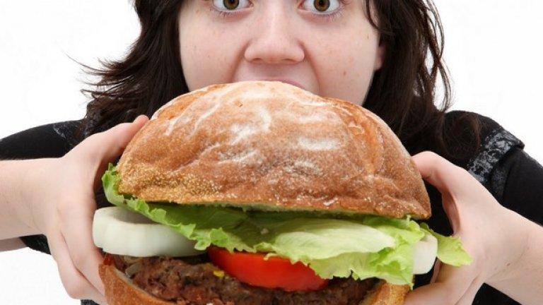 """""""Уха, доста похапваш!""""  Има една истина: жените обичат да похапват, точно колкото и мъжете. Но докато единият пол няма проблем с количеството, което изяжда, то за другия това е голям проблем.  Затова и възклицанието: """"Колко много ядеш!"""" може да скофти деня на всяка една дама. Мъже, никога не го казвайте - и без това натискът върху външния вид на жените е теърде голям, за да ги карате да се чувстват несигурни и виновни, за това, че ядат."""