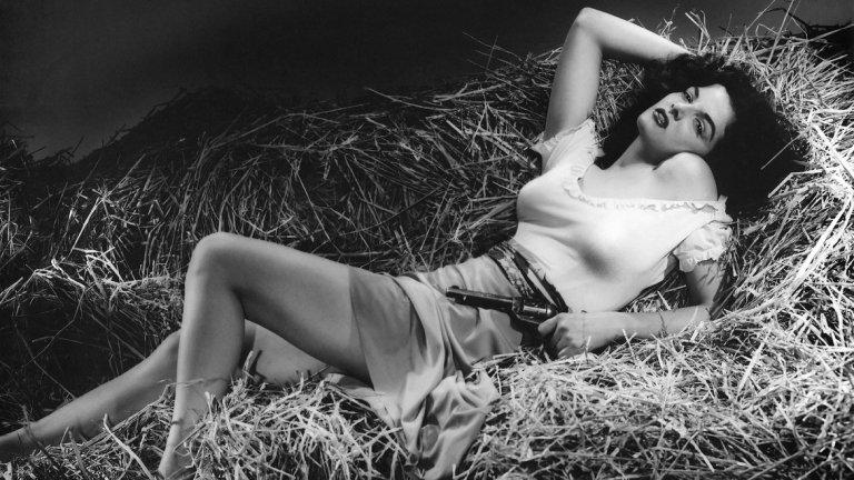 """The Outlaw, 1943   Началото. Филмът на милионерa, авиатор и режисьор Хауърд Хюз е пионер в еротичния жанр. Първоначално замислен като трилър и екшън, това, което остава в паметта на зрителя след прожекцията е изобилието от кадри на актрисата Джейн Ръсел. По-точно на гърдите й, все по-оскъдно покрити с развитието на действието. За """"златните години на Холивуд"""" такова изобразяване на женското тяло на екрана е недопустимо и филмът е забранен за показ. Окончателната премиера се състои пет години след завършване на проекта, през 1946. Естествено става моментален хит. И макар кадрите да не са така детайлни както тези в съвременното кино, еротиката, която излъчва героинята на Джейн Ръсел е повече от въздействаща."""