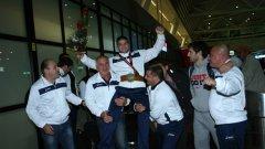 Треньорът на Ангелов - Армен Назарян, както и други хора от щаба на националния тим, вдигнаха шампиона на летището.