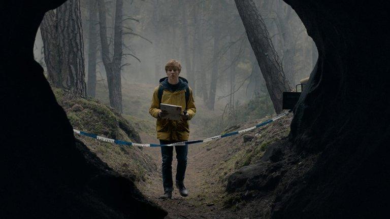Dark (Netflix) - сезон 3 - 27 юниМного от почитателите на мистериозния немски сериал, често сравняван със Stranger Things, не се радват, че този сезон ще е последен. Нишката в него се разплита от първия сезон през 2017 г. насам с историята за едно изчезнало момче, която постепенно се завърта и около концепцията за пътуване във времето. С него са обхванати и историите на три поколения със сложни отношения в измисления немски град Винден, а ако ви звучи объркано, такова е, но всеки, който е гледал двата сезона знае, че е и също толкова запленяващо.