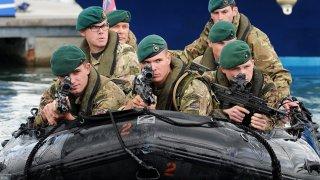 """Великобритания - SBS (Специалната лодъчна служба) Пословична е враждата между британските спецчасти SAS и SBS. И ако за Специалните военновъздушни части (SAS) сме чували доста, то за Специална лодъчна служба (SBS) се говори далеч по-малко. Нещо повече - заслугите на някои техни операции погрешно биват приписвани на SAS, но това не прави момчетата с лодките по-малко опасни. Те са британският еквивалент на американските """"Военноморски тюлени"""" и се смятат за елита на елита в редиците на Военноморските служби на Нейно величество кралица Елизабет.  При процеса на подбор за екипа отпадат 90 процента от всички кандидати, които са се класирали за новобранската програма. Тя, на свой ред, включва изтощителен тест за издръжливост от 4 седмици, който с всеки ден става все по-труден, а накрая приключва с 40 километра преход в пресечен терен, който трябва да бъде взет за по-малко от 20 часа. Ако оцелеят всичко това, новобранците минават през специални майсторски обучения за боравене с оръжие, оцеляване във враждебна среда, бойни умения и т.н., преди да ги признаят за част от екипа.  След 11 септември SBS са една от частите, които влизат първи в бой в Афганистан, извършвайки някои от най-опасните мисии срещу талибаните и """"Ал-Кайда"""", а през последните години тези командоси взеха участие и в някои опасни операции срещу """"Ислямска държава""""."""