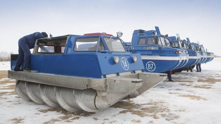 ЗИЛ-2906На пръв поглед това е кръстоска между танк, комбайн и още нещо неразпознаваемо, но се класифицира към категорията на автомобилите. Зад това творение на ЗИЛ се крие идеята да служи за превоз на съветски космонавти, кацнали обратно на труднодостъпни места, където хеликоптер не може да достигне. Максималната му скорост е 45 км/ час на твърда почва и от него са произведени цели 20 бройки.