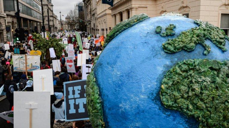 Над 570 000 души в 170 държави по света протестираха за ефективна борба с климатичните промени, в навечерието на международната конференция за климата, която се открива днес в покрайнините на Париж.   На снимката: протестите в Лондон, 29 ноември