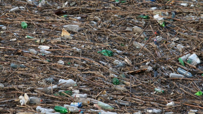 От водата са извадени общо 560 тона битов отпадък и 160 кубика дървесен материал
