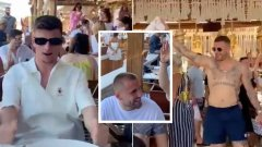 Английски национали се утешават с песни и смях в Гърция (видео)