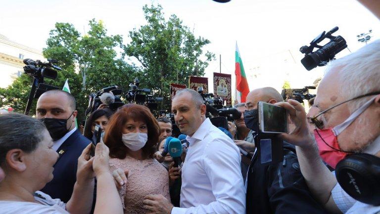 """Румен Радев държа реч пред множеството, подкрепящо президента и събрало се под надслов """"В защита на демокрацията""""."""