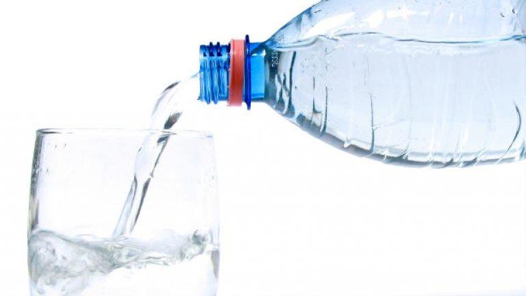 7. Не консумирате достатъчно вода Водата е основен елемент независимо каква фитнес цел преследвате. Когато тренирате, имате нужда от още повече течности, за да поддържате тялото си добре хидратирано. Също така консумацията на 400-500 мл. вода преди хранене може драстично да намали общия прием на храна, което прави достигането на дневен калориен дефицит по-лесна задача. Загуба на сила и издръжливост, честа умора и невъзможност да усетите контракция в работещите мускули са само част от нежеланите реакции при нисък прием на вода. Ако тежите 70 килограма, здравословното количество би било между 2,5 – 4 литра вода на ден. При установяването коя граница да изберете вземете предвид: климата, физическата активност и потенето.